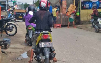 Aktivitas bongkar muat di Jalan Sangkurun dekat Pasar Baru Kuala Kurun, Kabupaten Gumas, Sabtu (11/3/2017) siang.