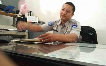 Pelaksana Administrasi Samsat Barito Utara, Bidang Jasa Raharja, Maharis saat menjelaskan masalah kenaikan santunan kecelakaan.