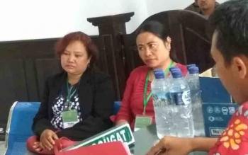 Tatik dan Eceri saat menjalani sidang di Pengadilan Negeri Pangkalan Bun, Jumat (10/3/2017).