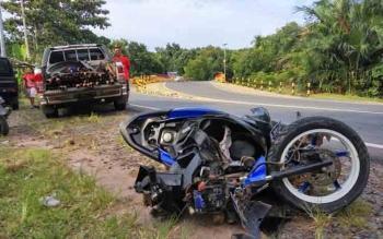 Kendaraan vario ringsek setelah berbenturan dengan mobil Toyota Hilux di jalan trans Kalimantan, Kecamatan Jabiren, Sabtu (11/3/2017)