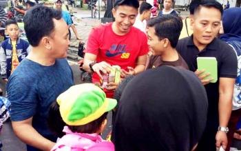 Gubernur Kalteng Sugianto Sabran menemui para anak muda di Bundaran Besar.