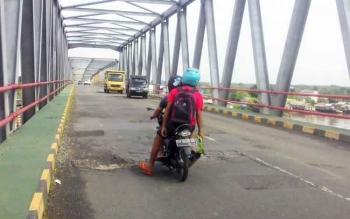 Aspal di Jembatan Pulau Telo banyak yang berlubang