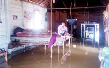 Warga Kelurahan Pangkut Kecamatan Aruta memilih tinggal di dalam rumah dengan membangun meja seadanya untuk bertahan dari kepungan banjir.