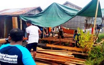 Komunitas Sosial FJB Palangka Raya membangunkan rumah untuk Rohani, Minggu (12/3/2017).