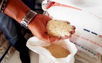 Beras sebanyak 6,1 ton bantuan dari Pemkab Kobar untuk korban banjir di Aruta bau dan berkutu.