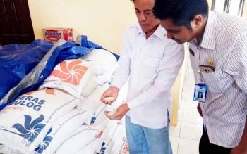 Anggota Komisi IV DPR RI, Hamdhani saat mengecak beras bulog yang disalurkan Pemkab Kobar untuk para korban banjir Aruta, Minggu (12/3/2017)