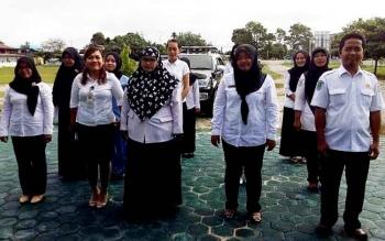Petugas medis RSUD Hanau saat berkumpul bersama di halaman kantor rumah sakit