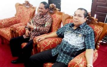 Wakil Ketua DPRD Gumas Punding S Merang (kanan) berbincang dengan Ketua DPRD Gumer