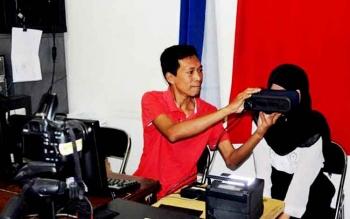 Petugas melayani seorang warga yang melakukan perekaman e-KTP di kantor Disdukcapil setempat.