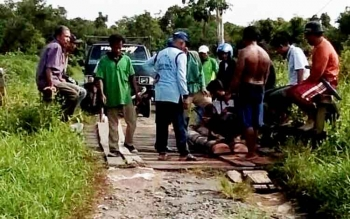 Sejumlah warga Desa Pematang Limau yang tergabung di RT 01 RW 2 tengah memperbaiki kondisi jembatan yang rusak, Minggu (12/3/2017).