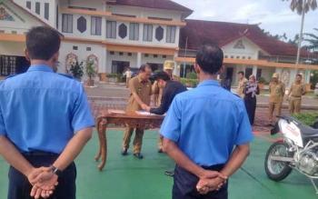 Wakil Bupati Murung Raya, Darmaji saat menyerahkan secara simbolis motor operasional dari Pemda ke PDAM Mura, Senin (13/3/2017)