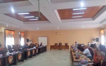 Puluhan orang yang tergabung dalam Persatuan Bidan dan Perawat (kanan) saat rapat dengar pendapat dengan Komisi A DPRD Kobar, Senin (13/3/2017).