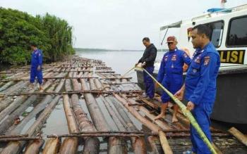 Satpolair Polres Kapuas mengamankan kayu diduga tanpa dokumen di Sungai Kapuas, Kalimantan Tengah.