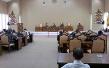 Ketua DPRD Kabupaten Katingan Ignatius Mantir Ledie Nussa didampingi Wakil Ketua II Alfujiansyah dan Sekda Nikodemus pada paripurna penetapan alat kelengkapan dewan, Senin (13/3/2017).