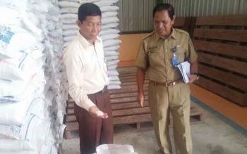 Kepala Sub Divre Bulog Pangkalan Bun, M Soleh (kiri) saat mengecek beras di gudang Bulog bersama Kepala Dinas Sosial Kobar, Gusti Nuraini, Senin (13/3/2017).