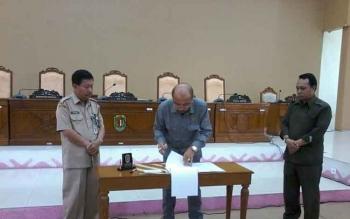 Ketua DPRD Katingan Ignatius Mantir Ledie Nussa didampingi Wakil Ketua II Alfujiansyah dan Sekda Nikodemus menandatangani dokumen penetapan alat kelengkapan dewan, Senin (13/3/2017).