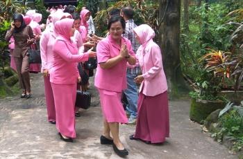 Ketua Yayasan Kemala Bhayangkari Kalimantan Tengah Lina Anang Revandoko berkunjung ke Yayasan BOS Nyaru Menteng, Palangka Raya, Senin (13/3/2017).