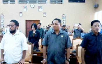Para anggota DPRD Katingan tampak serius mengikuti rapat paripurna dewan dengan agenda penetapan alat kelengkapan dewan, Senin (13/3/2017).