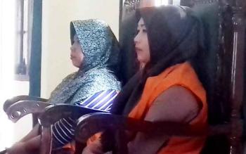 Rusminarni alias Minar (jilbab hitam) dan Miswati alias Wati saat menjalani sidang di Pengadilan Negeri Sampit. Senin (13/3/2017)