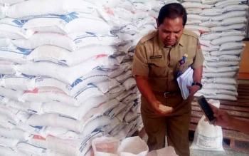 Kepala Dinas Sosial Kobar, Gusti Nuraini saat mengecek beras rastra di gudang Bulog, Jalan Iskandar Pangkalan Bun, Senin (13/3/2017).