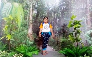 Seorang anak tengah berpose di depan foto tiga dimensi hutan Sagonta di Museum Kayu, Senin (13/3/2017).