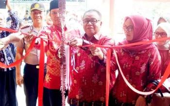 Bupati Sulamara Ahmad Dirman saat meresmikan kelenteng di Dusun Terantang Desa Natai Sedawak.