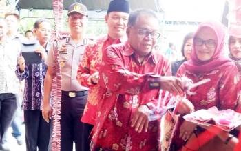Bupati Sukamara Ahmad Dirman saat memotong pita peresmian kelenteng di Dusun Terantang Desa Natai Sedawak.
