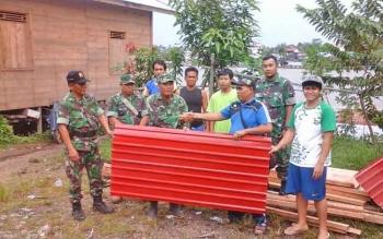 Agogota Kodim 1013/Muara Teweh menyerahkan bantuan material untuk pembangunan poskamling RT 02, Kelurahan Jingah, Kecamatan Teweh Baru, Kabupaten Barito Utara.