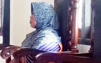 Miswati alias Wati terdakwa kasus zenith, saat disidang di Pengadilan Negeri (PN) Sampit, Senin (13/3/2017)