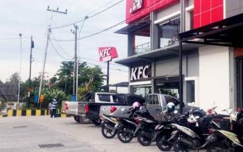 Kendaraan roda dua dan roda empat parkir di bahu jalan depan KFC. Dishub mengancam akan mencabut izin pengelolaan parkir jika kolektro telat setorkan retribusi.