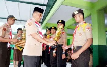 Danrem 102/Pjg Kolonel Arm M Naudi Nurdika memberikan piala kepada para pemenang lomba Pramuka Saka Wira Kartika, Minggu (12/3/2017).