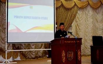 Bupati Barito Utara, Nadalsyah saat menyampaikan sambutan pada rapat paripurna penyampaian laporan hasil reses DPRD Barito Utara.