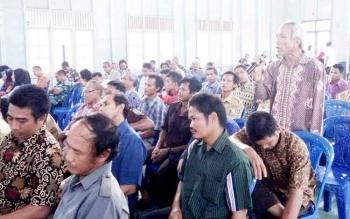 Puluhan petani dari Kecamatan Seruyan Hulu dan Suling Tambun saat mengikuti pertemuan bersama Bupati Seruyan Sudarsono.