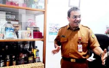 Kepala Dinas Perindustrian dan Perdagangan Kota Palangka Raya Aratuni D Djaban menunjukkan contoh minuman keras yang ada di ruang kerjanya.