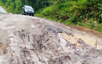 Salah satu titik di ruas jalan penghubung Kuala Kurun-Palangka Raya yang rusak parah, Senin (13/3/2017).