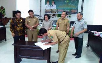 Bupati, Wakil Bupati, Wakil Ketua DPRD dan sejumlah Kepala OPD saat menandatangani kesepakatan pembangunan daerah dan Forum Gabungan OPD Pemkab Pulang Pisau, Senin (13/3/2017).