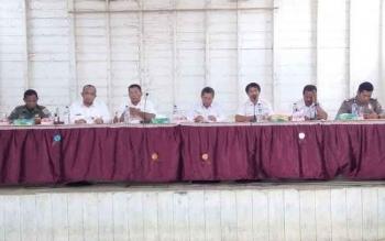 Bupati Seruyan Sudarsono (tengah) ketika memimpin rapat pertemuan bersama puluhan petani ladang di Desa Tumbang Manjul, Kecamatan Seruyan Hulu, belum lama ini.
