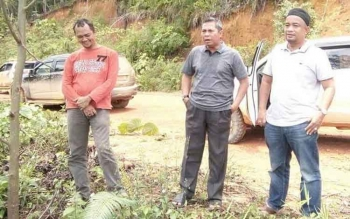Bupati Seruyan Sudarsono (tengah) didampingi Kepala Dinas Ketahanan Pangan dan Pertanian Sugiannoor (kanan) menyempatkan melakukan peninjauan di Kecamatan Seruyan Tengah.
