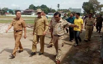 Bupati Seruyan Sudarsono mendampingi Gubernur Kalteng Sugianto Sabran saat melakukan kunjungan kerja ke Kecamatan Hanau, beberapa waktu lalu.