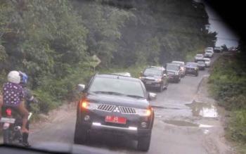 Iring-iringan mobil rombongan Gubernur Kalimantan Tengah saat menuju ke Puruk Cahu, Kabupaten Murung Raya, Senin (13/3/2017) sore