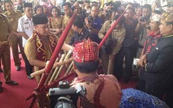 Gubernur Kalteng, Sugianto Sabran saat melakukan potong pantan di depan GPU Tira Tangka Balang, Puruk Cahu, Selasa (14/3/2017) pagi