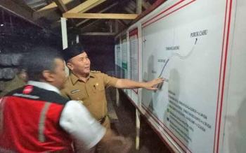 Gubernur Kalteng Sugianto Sabran meninjau jalan nasional di Sei Hanyo, Senin (14/3/2017) malam