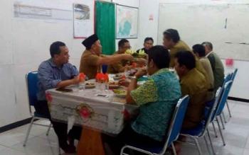 Gubernur Kalteng Sugianto Sabran menikmati makanan ala ladarnya saat mengunjungi Base Camp PT Adhi Karya yang mengerjakam jalan Sei Hanyu, Kapuas ke Tumbang Lahung-Puruk Cahu, Kabupaten Murung Raya
