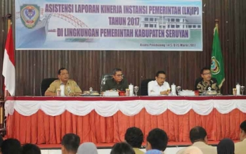 Bupati Seruyan Sudarsono (dua kiri) saat menghadiri kegiatan asistensi laporan kinerja instansi pemerintah, di gedung Serba Guna Kuala Pembuang, Selasa (14/3/2017).