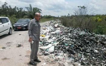 Ketua DPRD Katingan Ignatius Mantir L Nussa sidak di Jalan Ais Nasution yang dipenuhi sampah ini, Selasa (14/3/2017).