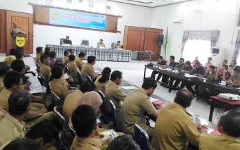 Sekda Gunung Mas, Kamiar menyampaikan sambutan saat membuka Forum Gabungan Perangkat Daerah, Selasa (14/3/2017)