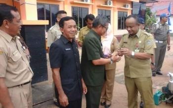 Bupati Seruyan Sudarsono menyerahkan kunci hand traktor roda empat kepada Kepala Dinas Ketahanan Pangan dan Pertanian Seruyan, Sugiannor, untuk kemudian diserahterimakan kembali kepada kelompok tani di Seruyan, Selasa (14/3/2017).