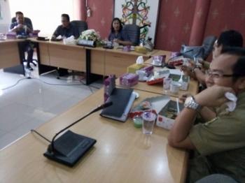 Anggota Bapemperda DPRD Kota Palangka Raya makan siang seusai menggelar rapat bersama kepala dinas, Selasa (14/3/2017)