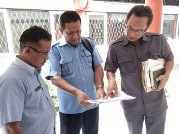 Ketua Bapemperda DPRD Kota Palangka Raya, Beta Syailendra (kanan) bersama perwakilan PDAM melihat jadwal rapat, Selasa (14/3/2017)