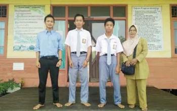 Ardianor dan Muhammad Al Ikhsaordin dan guru pendamping mereka.